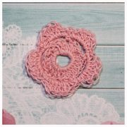 Цветок вязаный 4 см розовый