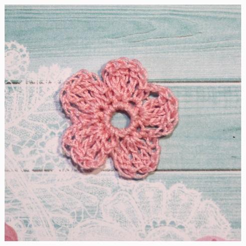 Цветок вязаный 3-3,5 см розовый