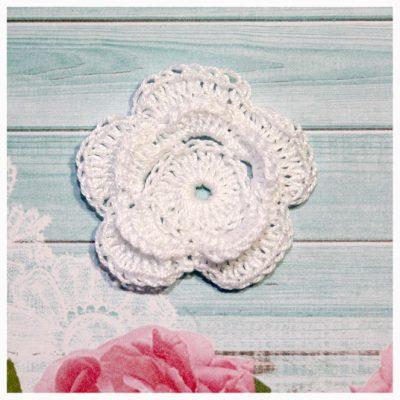 Цветок вязаный 5 см двойной белый